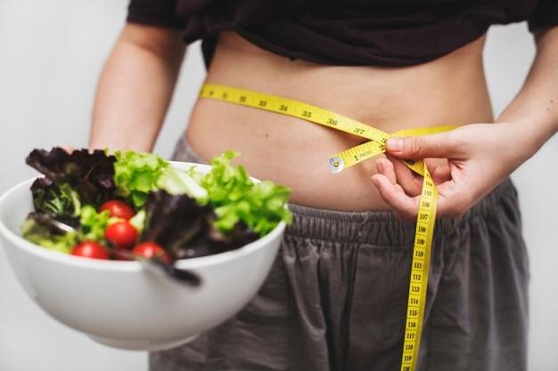 אישה מחזיקה סלט בדיאטה